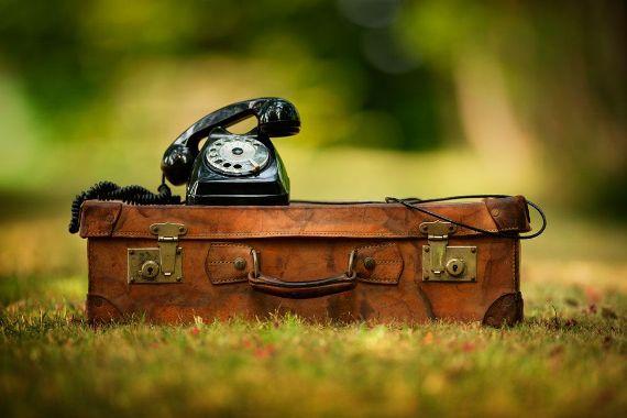 телефон на чемодане