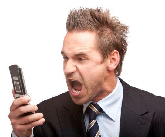 кричит на телефон